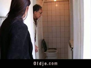 Oldje: mlada najstnice tries ji prva old man