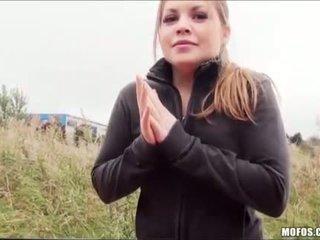 Tiener alessandra fucks haar manier thuis