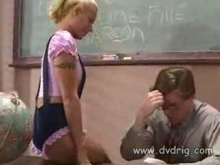 נוער תלמידת בית ספר cindy crawford הוא מוענש על ידי מורה ל שלה missing homeworks אבל teaches שלו a lesson מזיין שלו במקום ו - מוצצת שלו זין