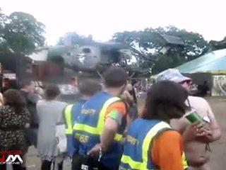 Female сигурност guards с гол момичета & guys в