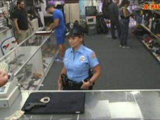 Police officier avec énorme nichons got baisée en la coulisses