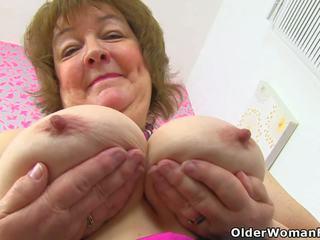 Inglese nonnina susan feeds suo affamato vagina con dildo