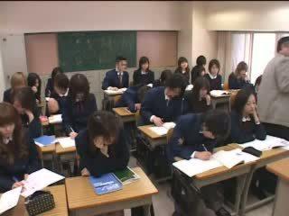 Japonské teens značky láska s ruky v trieda video