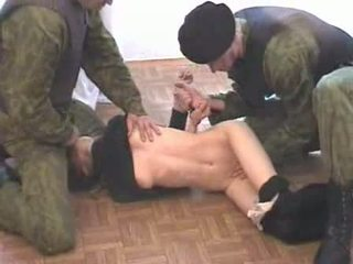 Two quân đội men brutalize terrorist video