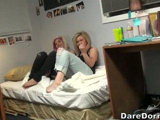 Unge par knulling på camera