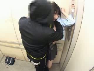 Schoolgirls betast in een school- elevator