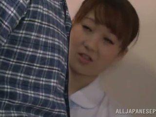 Söpö kiinalainen sairaanhoitaja gives a bj sisään a restroom