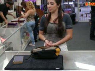 Μεγάλος βυζιά κολλέγιο κορίτσι trades σε αυτήν μουνί για μερικοί λεφτά