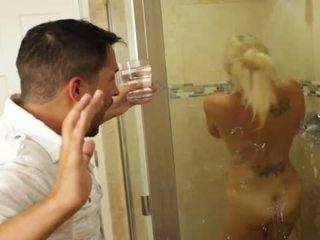Blondine mooi babe charlee chase loves neuken binnenin bathrooms
