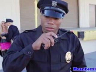 Veliko oprsje lez policija postaja seks s nikki benz