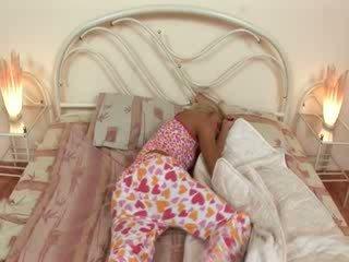 Blondie jerkingoff μακριά από προτού ένα ύπνος