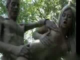 Vanha isä fucks korkeakoulu tyttö sisään the woods video-