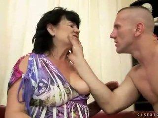 Buclatý chlupatý babičky gets fucked