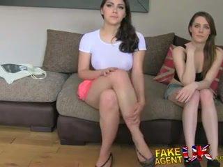 Fakeagentuk two 女孩 高興 到 他媽的 他 為 一 色情 工作 lezzing 向上 和 肛門