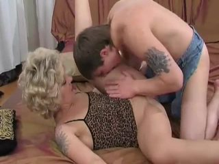 Rallig blond milf sucks und fucks jung guy