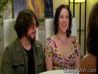 Swinger couples hebben een party outdoors in xxx realiteit tonen