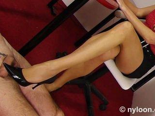ไนล่อน pantyhosed เลขานุการ gives ใช้รองเท้า และ ใช้เท้า