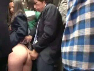 Ученичка пипнешком от stranger в а crowded автобус