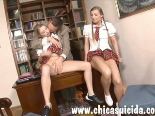 कॉलेज cuties blowing उसकी टीचर के लिए बेहतर ग्रेड.