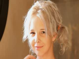 Skutimasis apie gražu 21yo blondinė putė