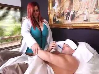 Busty velké krásné ženy lékař sashaa juggs značky house calls