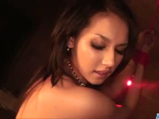 Maria ozawa kneels と sucks 上の 3 大規模な cocks