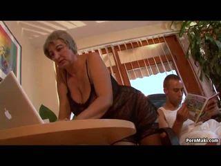 Голям бюст бабичка wants млад чеп, безплатно възрастни порно видео f0