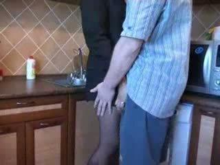 Καυτά μαμά πατήσαμε σε κουζίνα μετά αυτήν husbands funeral βίντεο