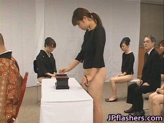 Azjatyckie dziewczyny iść do kościół połowa nagie