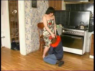 Krievi māte un a jauns plumber