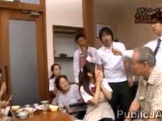 Classmate fucks dolce jap studentessa in anteriore di suo famiglia