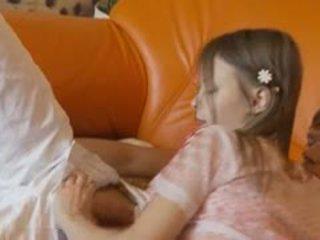 Zierlich babysitter lutschen riesig schwanz