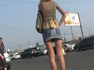 Pekný známosť s amatérske hore skirts