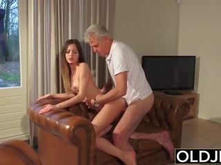 Old in mlada porno - varuška muca zajebal s old man in swallows prihajanje