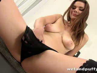 סקסי נערה plays עם a יפה כוס משאבה