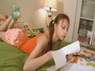 귀여운 여자 친구 doing 험악한 homework