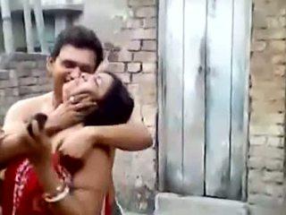 Bengali स्लट aunty किस्सिंग outdoors