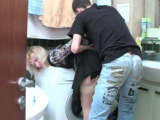 Rijpere blondine en tiener jongen has seks in badkamer