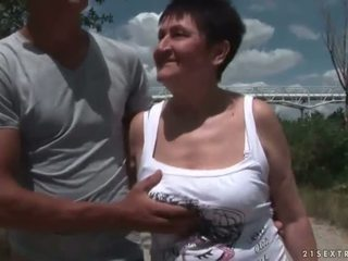 Rondborstig grootmoeder neuken haar jong boyfriend openlucht
