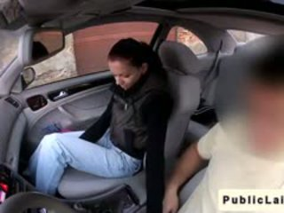 स्टूडेंट gives ब्लोजॉब में fake taxi में पब्लिक