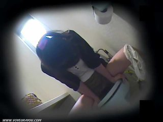 Toalett masturbation på gömd camera