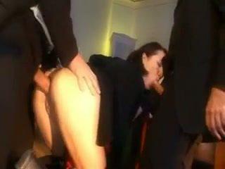 Birichina studentessa punito con un pene in suo culo e bocca