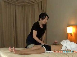 Възрастни жена massaging guy giving ръчна работа getting тя цици rubbed на на легло