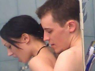 Seksi remaja gadis gets fingered di bawah pancuran air