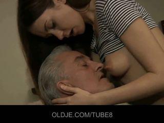 古い 男 blows 若い 尻 と 小さな プッシー