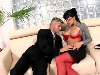 Terangsang sekretaris kacau di sebuah kursi sofa di pakaian lingerie