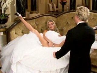 Līgava uz skaistas kāzas kleita izplatīšanās kājas