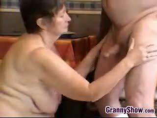 Hooters avó e avô having sexo