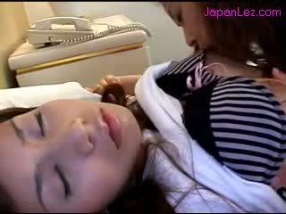 Asiática chica getting su pezones sucked coño rubbed mientras 3 rd chica durmiendo en la cama