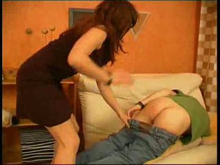 Stepmother fucks เธอ บุตรชาย สำหรับ ไม่ doing ของเขา homework